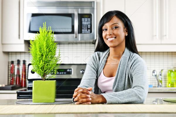 Stockfoto: Jonge · vrouw · keuken · glimlachend · zwarte · vrouw · moderne · keuken · interieur