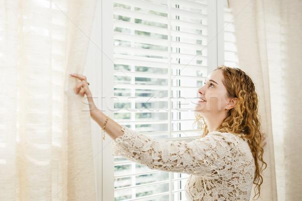 Stok fotoğraf: Gülümseyen · kadın · bakıyor · dışarı · pencere · mutlu · kadın