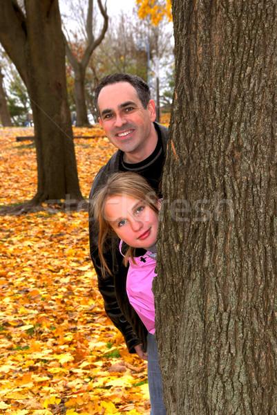 Familie park najaar vader dochter boomstam Stockfoto © elenaphoto