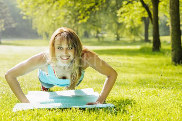 Nő fekvőtámasz reggel park női fitnessz Stock fotó © elenaphoto
