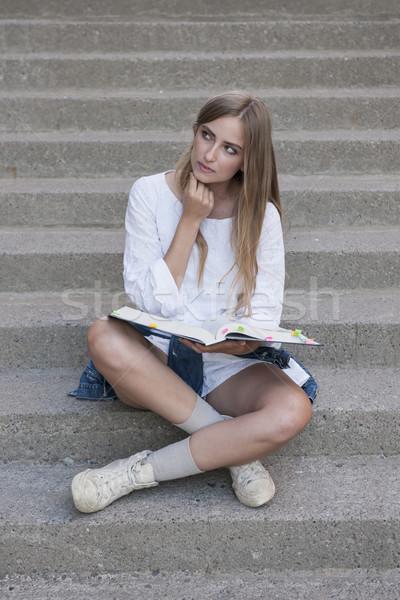 Student leerboek jonge nadenkend vrouwelijke vergadering Stockfoto © elenaphoto