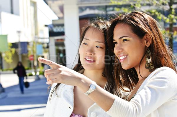 Genç arkadaşlar işaret iki açık Stok fotoğraf © elenaphoto