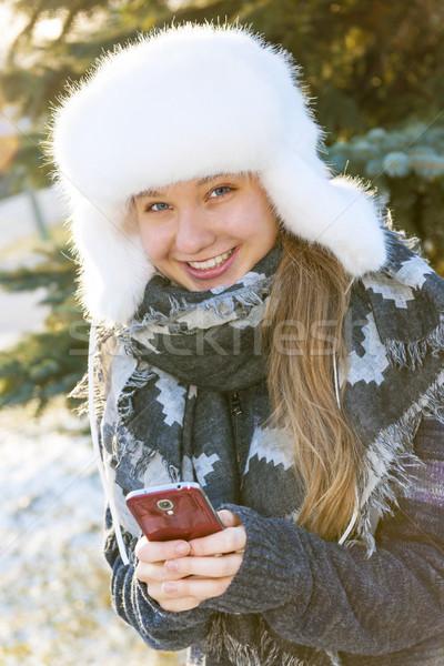 ストックフォト: 若い女の子 · 携帯電話 · 冬 · 肖像 · 十代の少女