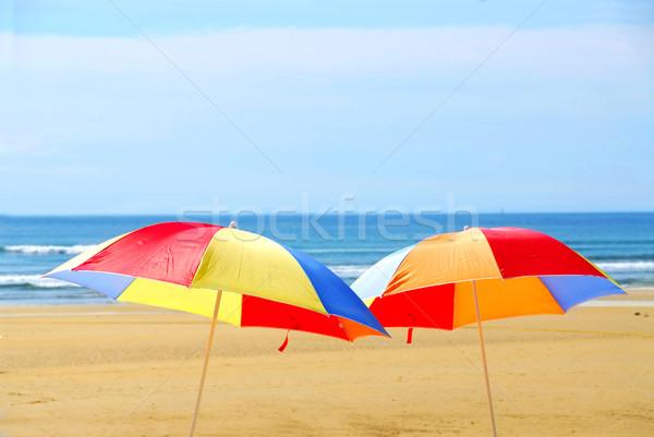 Foto stock: Praia · guarda-chuvas · dois · em · pé · oceano · costa