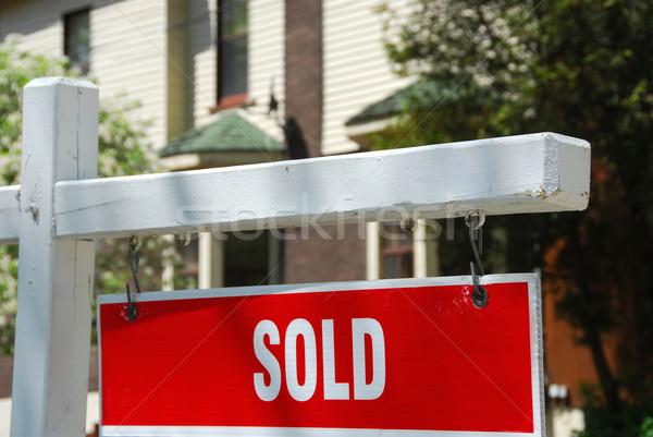 Vendido casa signo primer plano residencial edificio Foto stock © elenaphoto