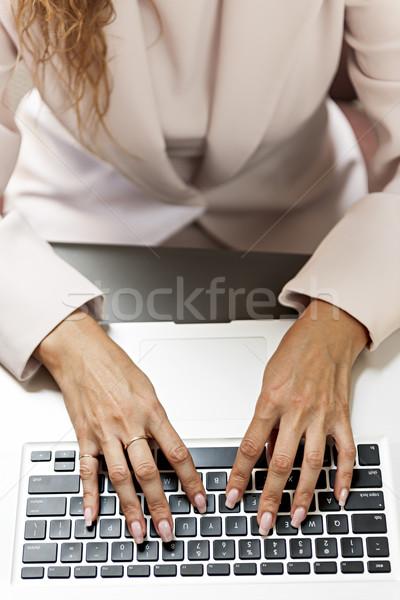 Mani digitando tastiera del computer portatile femminile computer lavoro Foto d'archivio © elenaphoto