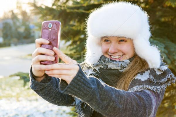 Foto stock: Jovem · celular · inverno · retrato