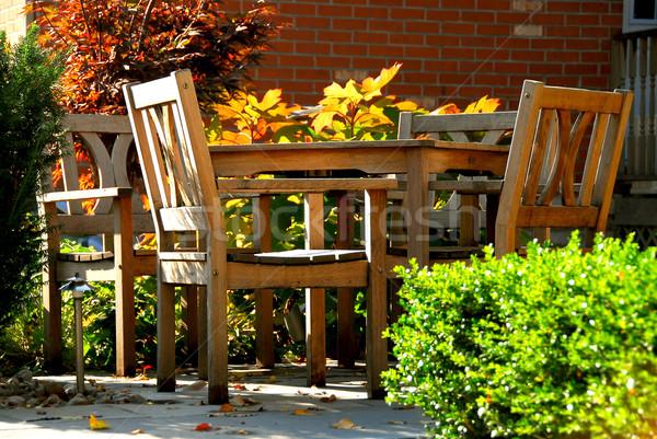 Belső udvar ház természetes fából készült kerti bútor épület Stock fotó © elenaphoto