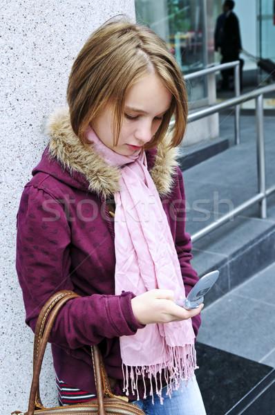Tinilány sms üzenetküldés mobiltelefon lány tavasz gyermek Stock fotó © elenaphoto