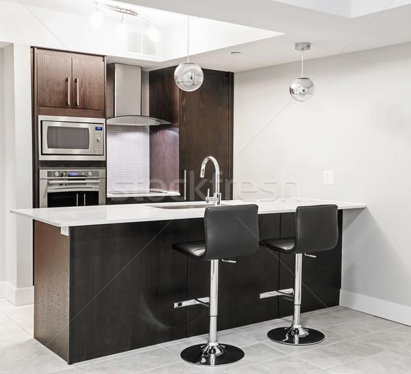 Moderne keuken interieur luxe donkere hout eiland Stockfoto © elenaphoto