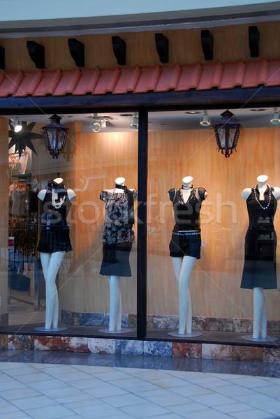 Butik ablak pláza nők fény utca Stock fotó © elenaphoto