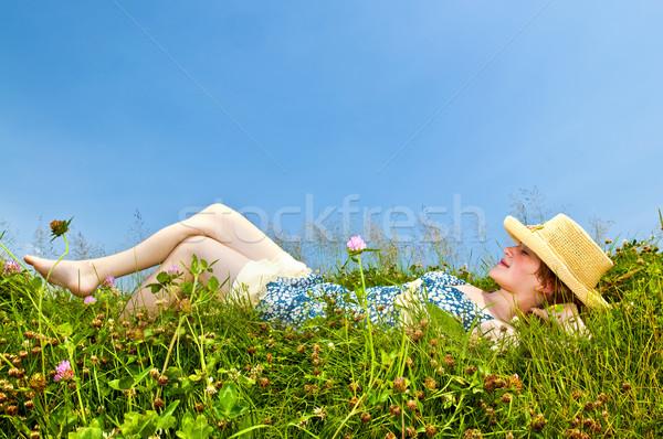 Stock fotó: Fiatal · lány · fektet · legelő · fiatal · tinilány · mezítláb