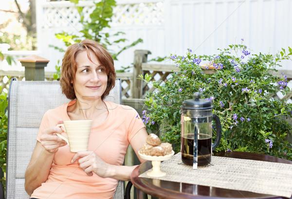Kobieta relaks podwórko szczęśliwy kawy cookie Zdjęcia stock © elenaphoto