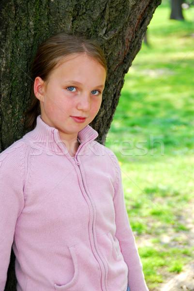 Foto stock: Menina · grande · árvore · jovem · em · pé · antigo