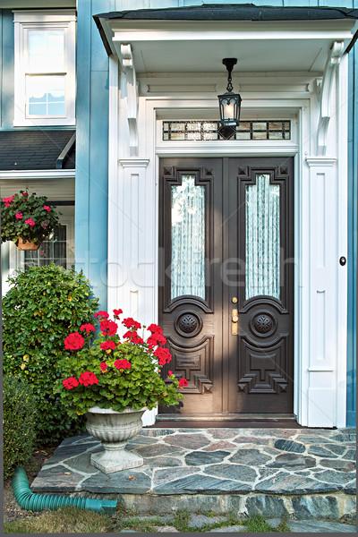 Przednie drzwi domu podwoić luksusowy kwiaty domu Zdjęcia stock © elenaphoto
