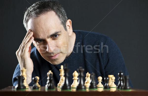 Foto stock: Hombre · jugando · ajedrez · tablero · de · ajedrez · pensando · estrategia