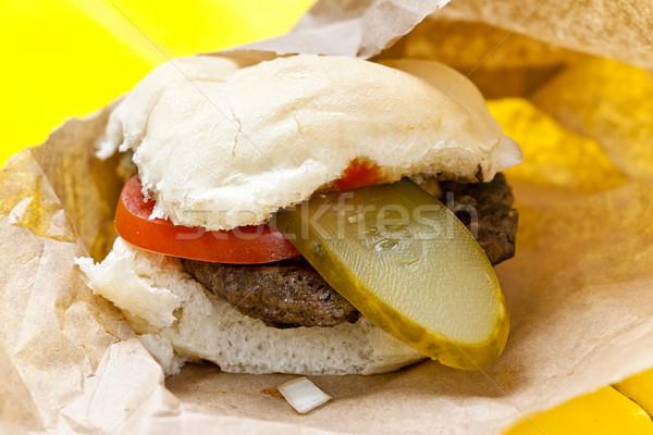 Hamburger tomaat eigengemaakt papier sandwich eten Stockfoto © elenaphoto