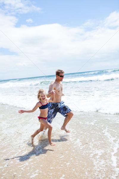 Mutlu baba kız çalışma plaj sığ Stok fotoğraf © ElinaManninen