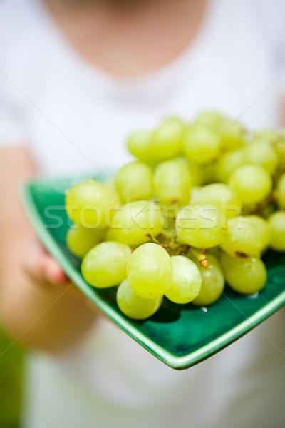 Friss zöld szőlő gyönyörű tányér nő háttér Stock fotó © ElinaManninen