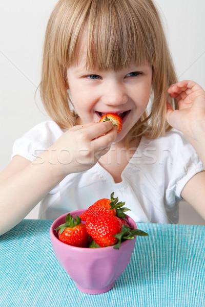 девочку еды клубники зрелый чаши Сток-фото © ElinaManninen