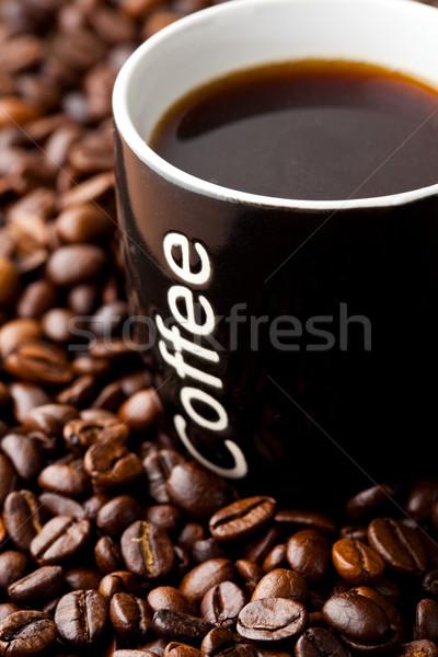 Koffiemok koffiebonen mok zwarte koffie koffie achtergrond Stockfoto © ElinaManninen