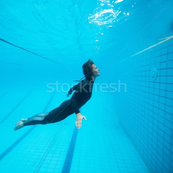 Femenino buzo vuelo subacuático piscina ojos Foto stock © ElinaManninen