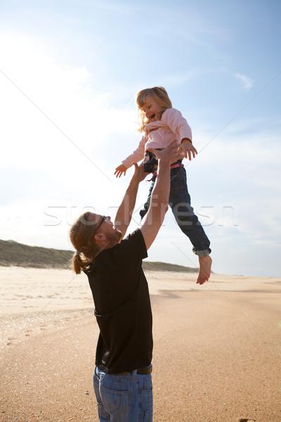 Père fille air plage jeunes Photo stock © ElinaManninen