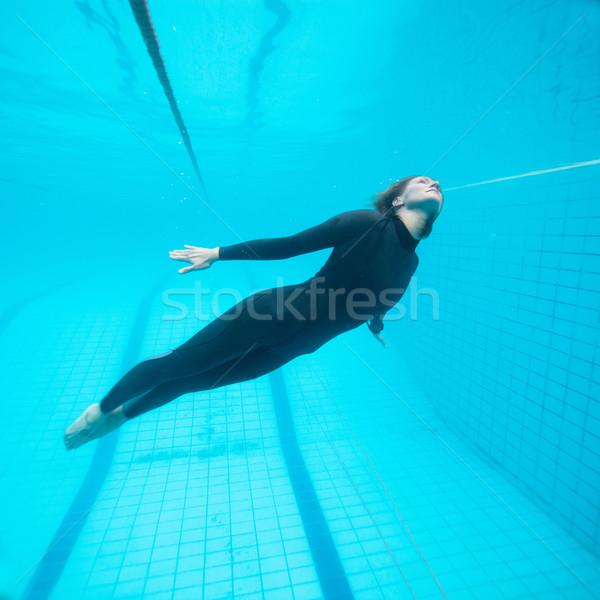 Vrouwelijke duiker vliegen onderwater zwembad vliegen Stockfoto © ElinaManninen