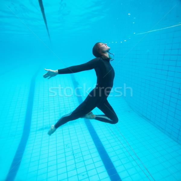 Vrouwelijke duiker vliegen onderwater vliegen zwembad Stockfoto © ElinaManninen