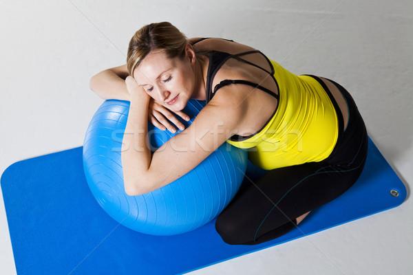 Terhes nő megnyugtató fitnessz labda dől térdel Stock fotó © ElinaManninen