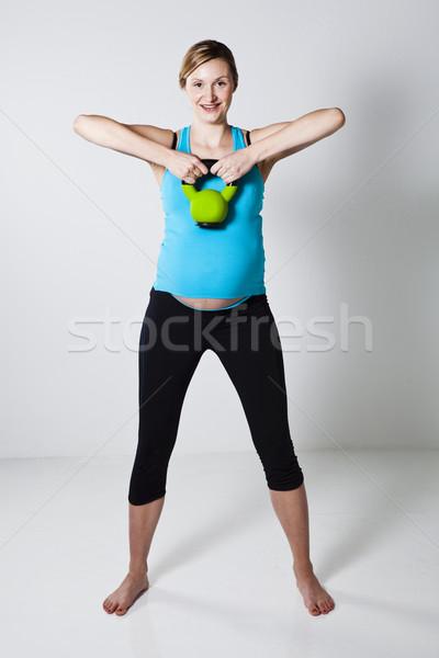 беременная женщина гири плечо мышцы осуществлять Сток-фото © ElinaManninen