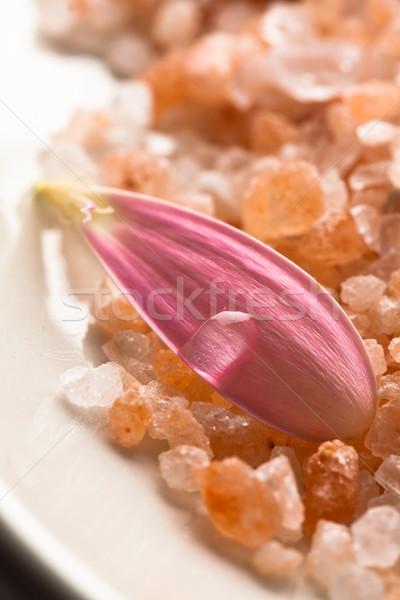 Rózsaszín százszorszép szirom víz cseppecske fürdősó Stock fotó © ElinaManninen