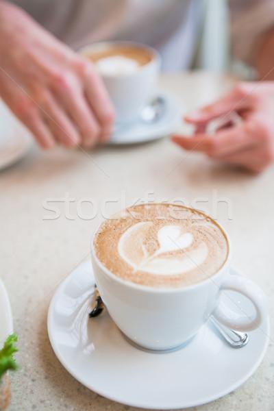 Kubek filiżankę kawy stolik kwiat dekoracji Zdjęcia stock © ElinaManninen