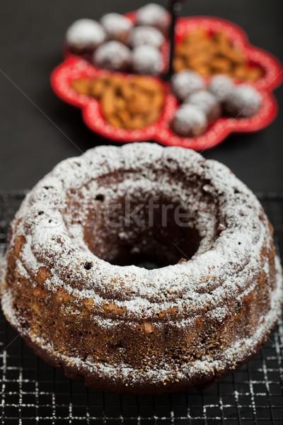 Csokoládés sütemény száraz porcukor pihen fém grill Stock fotó © ElinaManninen