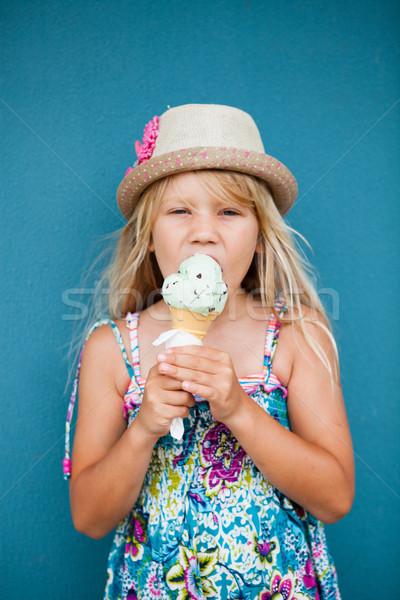 Foto d'archivio: Giovane · ragazza · mangiare · gelato · cute · vaniglia · cono · gelato