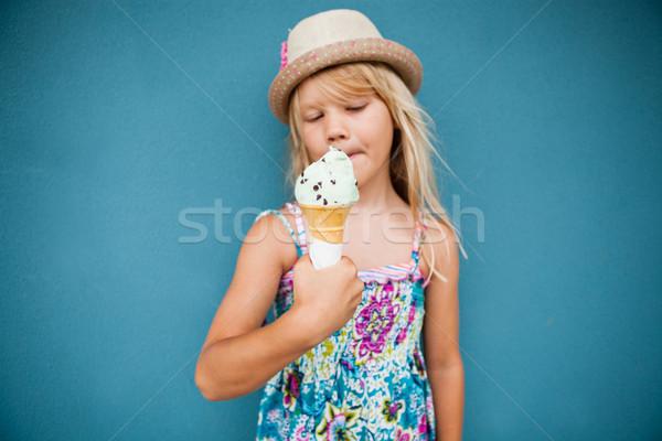 Jovem sorvete bonitinho baunilha casquinha de sorvete Foto stock © ElinaManninen