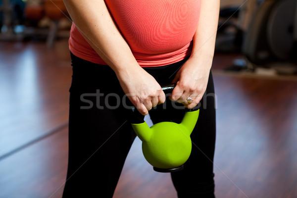 Terhes nő testmozgás kettlebell súlyzós edzés nő fitnessz Stock fotó © ElinaManninen