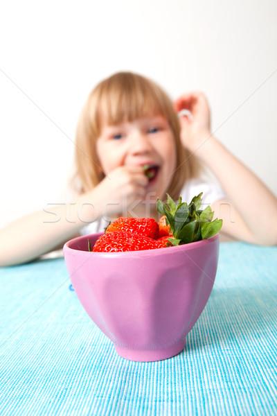 Kislány eszik eprek finom érett tál Stock fotó © ElinaManninen