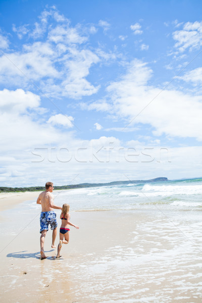 отец молодые дочь работает пляж , держась за руки Сток-фото © ElinaManninen
