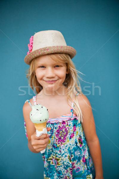 Fiatal lány tart fagylalttölcsér aranyos mosolyog kívül Stock fotó © ElinaManninen