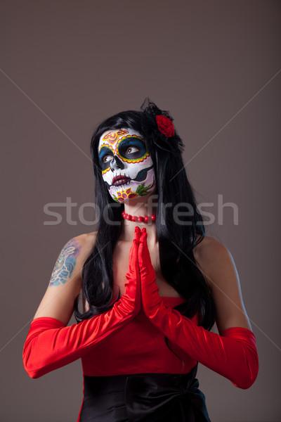 Foto stock: Oração · raio · crânio · menina · vermelho · vestido · de · noite
