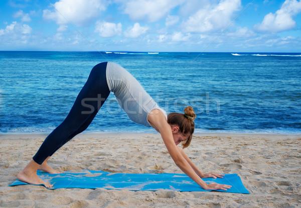 Mulher ioga oceano jovem mulher bonita Foto stock © EllenSmile