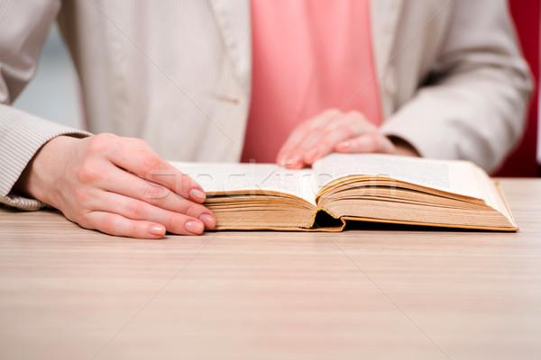 Jonge student lezing boek voorbereiding examens Stockfoto © Elnur