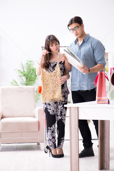 Magasin assistant aider femme achat choix Photo stock © Elnur