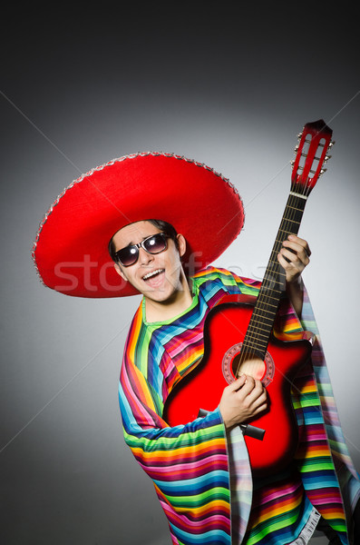 Homem vermelho sombrero jogar guitarra música Foto stock © Elnur