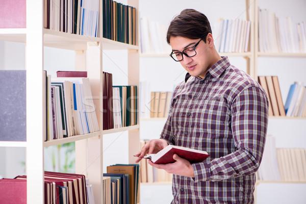 Jonge student naar boeken college bibliotheek Stockfoto © Elnur