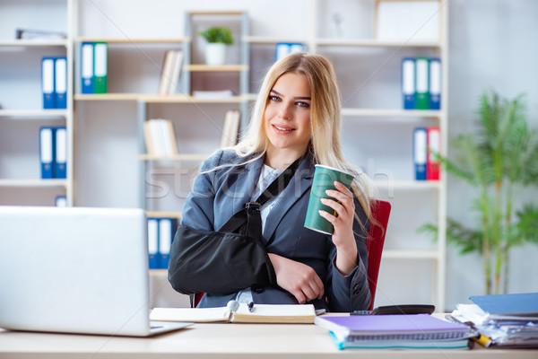 Sebesült női alkalmazott dolgozik iroda nő Stock fotó © Elnur