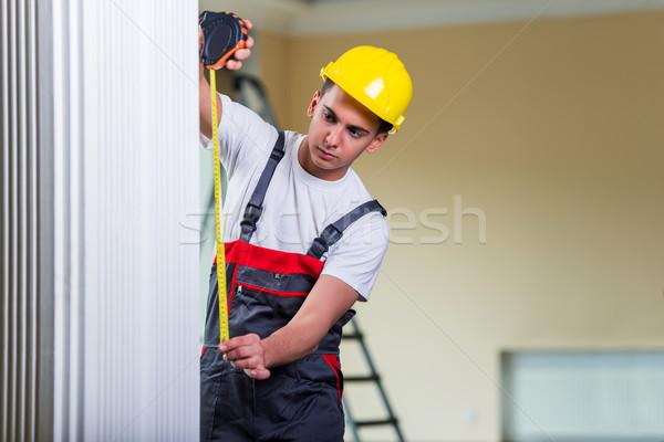 Giovani nastro di misura lavoro uomo costruzione Foto d'archivio © Elnur