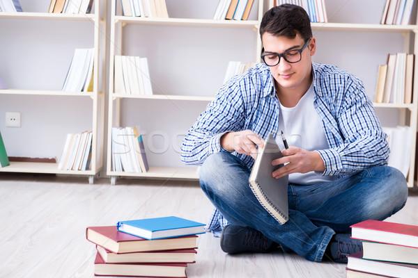 Jonge student studeren boeken boek onderwijs Stockfoto © Elnur