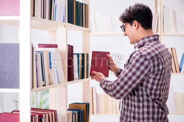 Stockfoto: Jonge · student · naar · boeken · college · bibliotheek